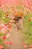 Chàng trai đưa bà ngoại đi ngắm hoa bốn mùa