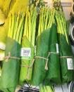 Đã có thêm rất nhiều siêu thị trên cả nước thí điểm dùng lá gói thực phẩm, kêu gọi một môi trường sống xanh hơn nữa